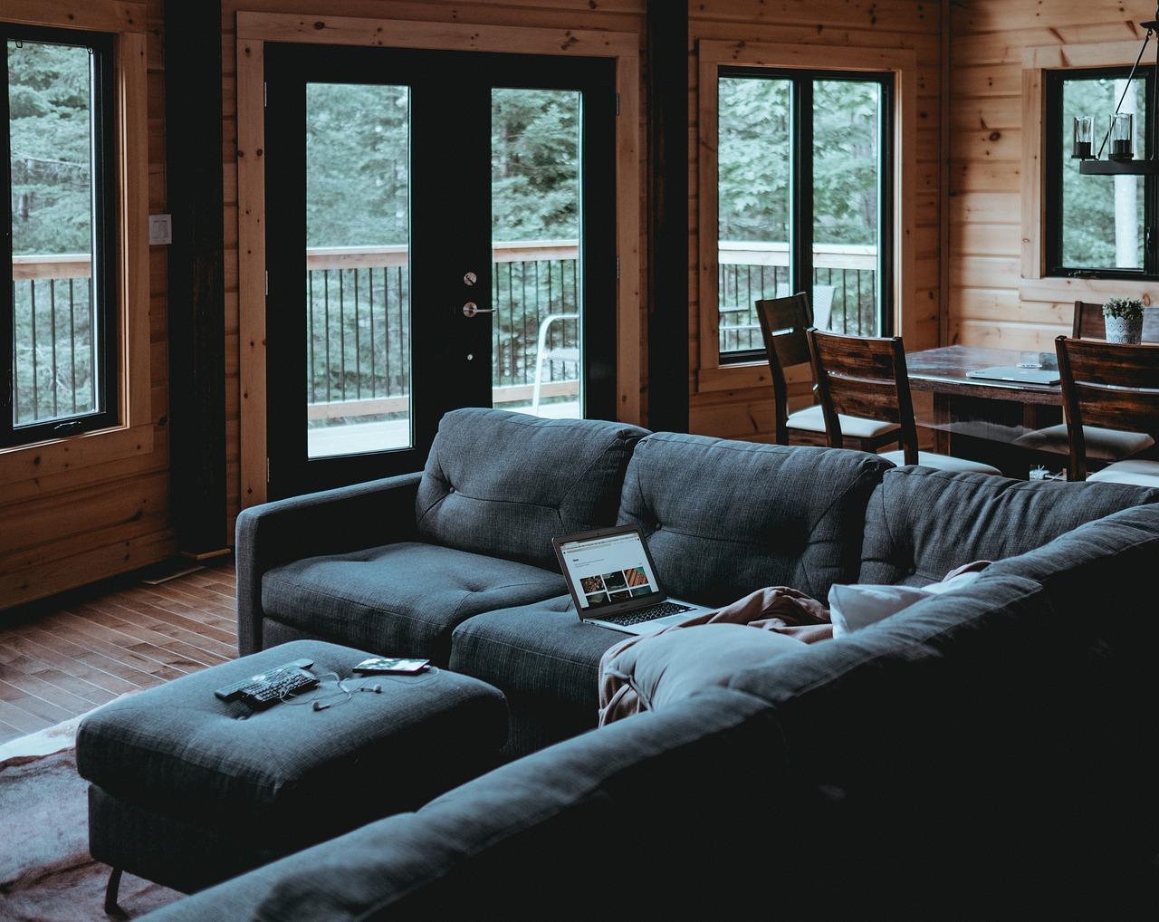 Wybieramy idealną sofę – lepsza jest miękka czy twarda?